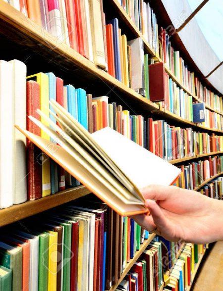 36171624-lire-un-livre-dans-la-bibliothèque